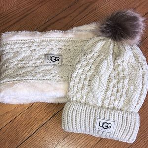 Cream hat and scarf set, fleece lined.  NEW